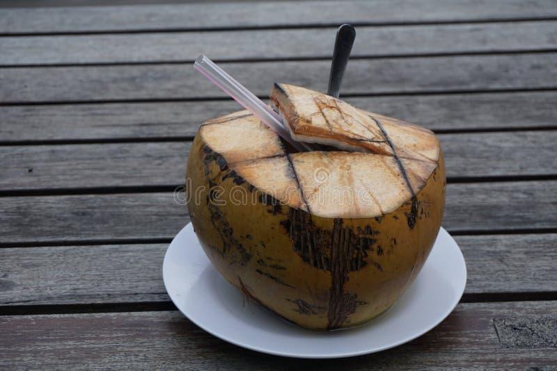 Τα κοκτέιλ καρύδων σε έναν ξύλινο πίνακα είναι έτοιμα να πιουν σε αυτές τις θερινές διακοπές στοκ εικόνες