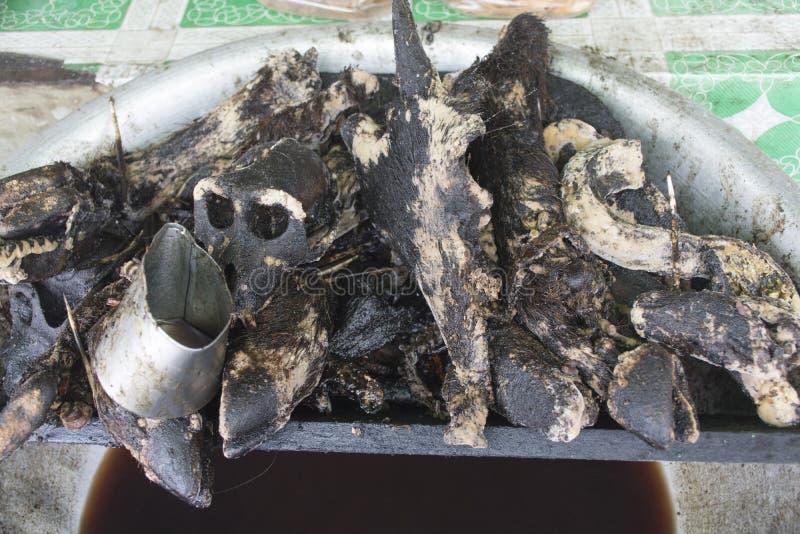 Τα κομμάτια του βρασμένου μαύρου χοίρου στο ανοικτό δοχείο στην τοπική Myanmar χαλούν στοκ εικόνα με δικαίωμα ελεύθερης χρήσης