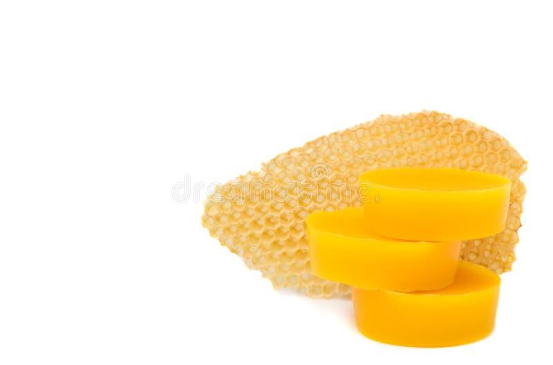 Τα κομμάτια του φυσικού μελισσοκηρού και ένα κομμάτι του κυττάρου μελιού είναι απομονωμένα σε ένα άσπρο υπόβαθρο Προϊόντα μελισσο στοκ φωτογραφίες