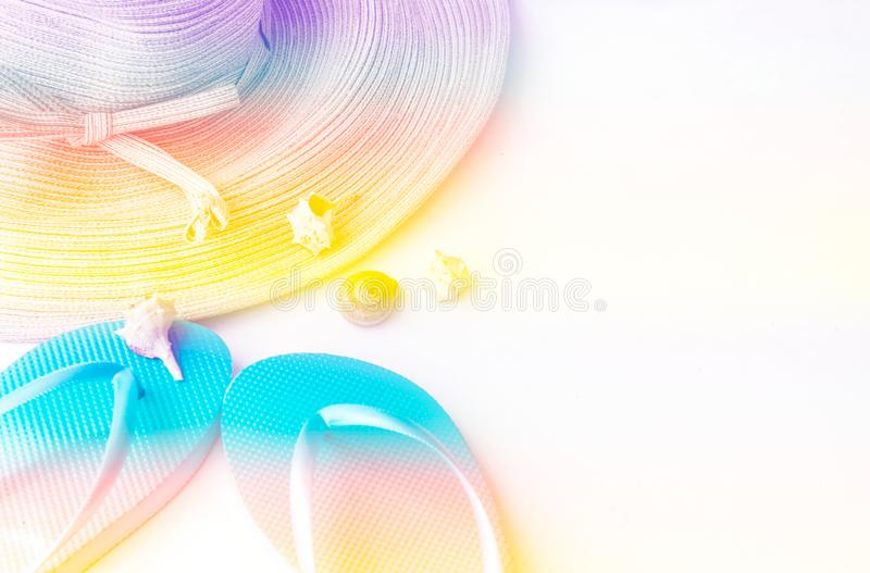 Τα κομψά κοχύλια θάλασσας παντοφλών καπέλων αχύρου γυναικών που τονίζονται στο διάφορο ουράνιο τόξο χρωματίζουν το άσπρο υπόβαθρο ελεύθερη απεικόνιση δικαιώματος