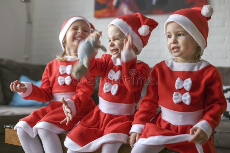 Τα κορίτσια, έντυσαν για Άγιο Βασίλη στοκ εικόνες