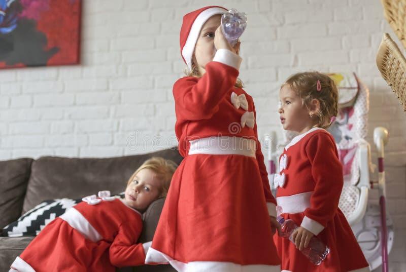 Τα κορίτσια, έντυσαν για Άγιο Βασίλη στοκ εικόνες με δικαίωμα ελεύθερης χρήσης