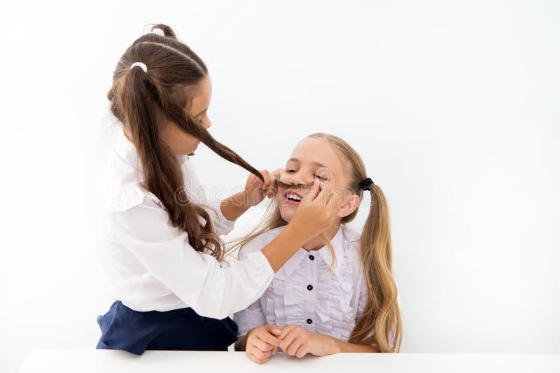 Τα κορίτσια κάνουν mustache με μακρυμάλλη Αφήνει να φανταστεί εσείς ήταν αγόρι Εύθυμο εύθυμο παιχνίδι διάθεσης κοριτσιών με την τ στοκ εικόνες