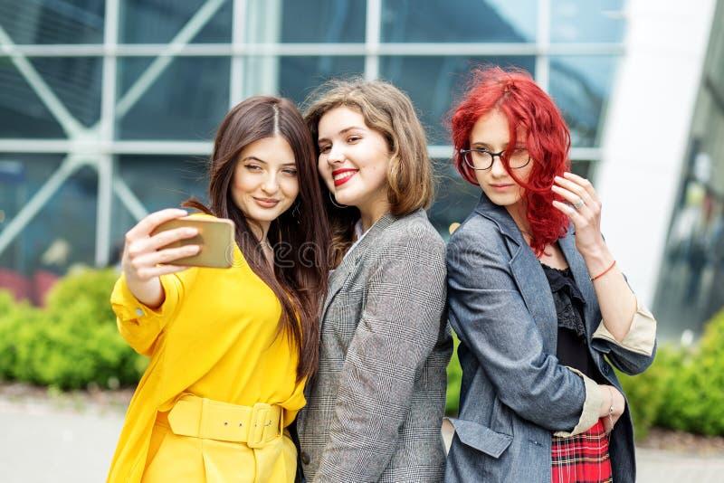 Τα κορίτσια κάνουν selfie Τρεις φίλες Η έννοια του τρόπου ζωής στοκ εικόνες