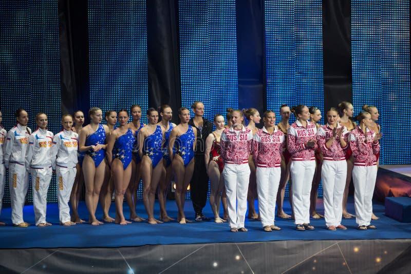 Τα κορίτσια στη τελετή βραβεύσεωης των αθλητών παρουσιάζουν ολυμπιακούς πρωτοπόρους στοκ εικόνα