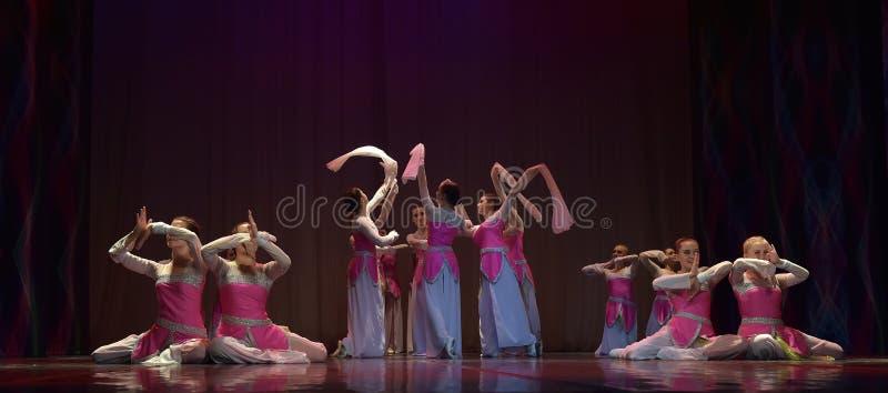 Τα κορίτσια χορεύουν συγκρότημα στη σκηνή στοκ εικόνα