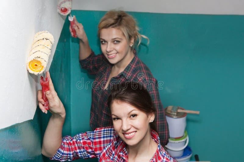 Τα κορίτσια χρωματίζουν τον τοίχο στοκ φωτογραφίες με δικαίωμα ελεύθερης χρήσης