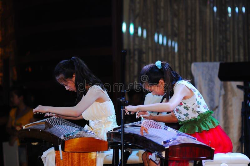 τα κορίτσια guzheng παίζουν στοκ φωτογραφίες