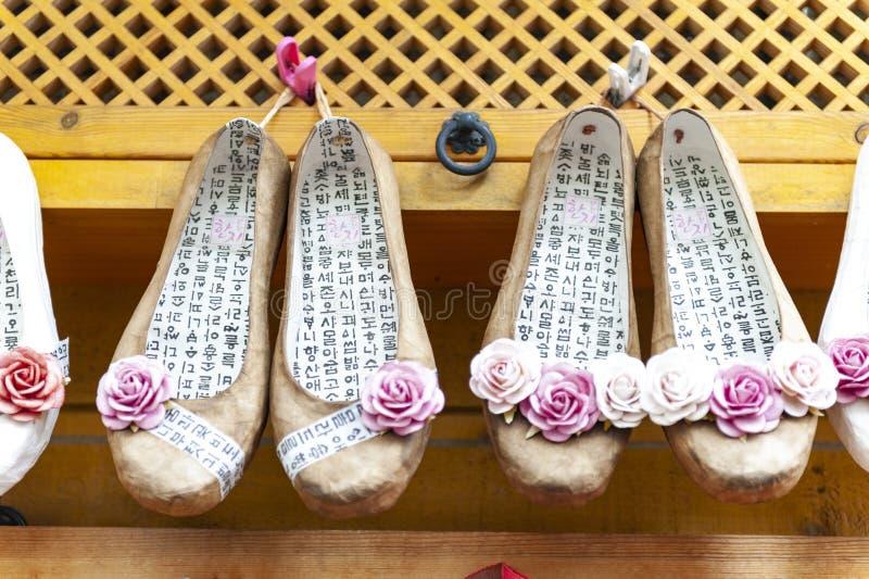 Τα κορεατικά παραδοσιακά παπούτσια λουλουδιών, διάσημο τυχερό αναμνηστικό πώλησαν στο χωριό πολιτισμού Gamcheon σε Busan, Νότια Κ στοκ φωτογραφία με δικαίωμα ελεύθερης χρήσης