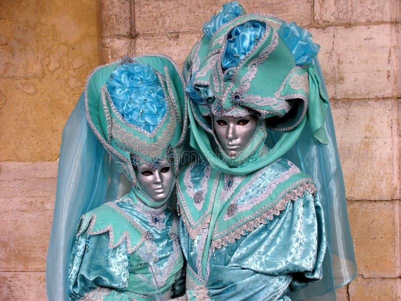 τα κοστούμια καρναβαλιού συνδέουν την τυρκουάζ Βενετία στοκ φωτογραφίες