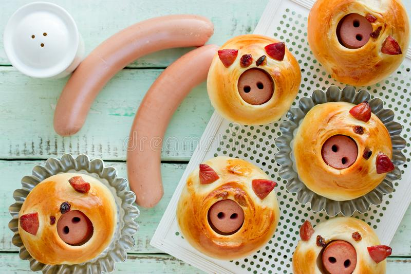 Τα κουλούρια Piggies που γεμίστηκαν χοίρους με το λουκάνικο, σπιτικά burger κουλούρια διαμόρφωσαν τους αστείους στοκ εικόνες