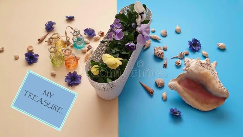 Τα κοχύλια πετρών θάλασσας ανθίζουν το στεφάνι, γιρλάντα, κορώνα, γιρλάντα, στέμμα, ο κυκλίσκος των λουλουδιών χτυπά την μπλε περ στοκ εικόνες