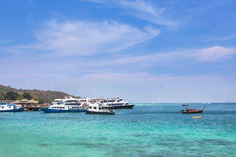 Τα κρουαζιέρας σκάφη και οι βάρκες που δένονται στη andaman θάλασσα Phi Phi φορούν το νησί, Ταϊλάνδη στοκ φωτογραφία με δικαίωμα ελεύθερης χρήσης