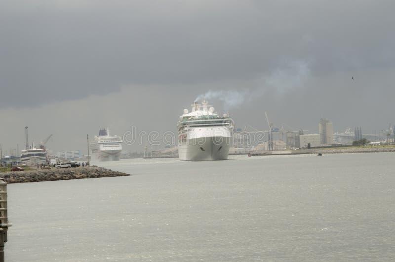 Τα κρουαζιερόπλοια που αφήνουν το λιμένα στοκ φωτογραφίες με δικαίωμα ελεύθερης χρήσης