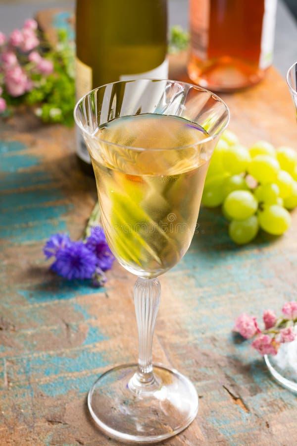 Τα κρύα θερινά κρασιά, άσπρο κρασί, εξυπηρέτησαν στο όμορφο γυαλί στο terr στοκ εικόνες
