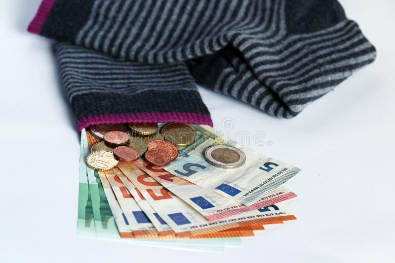 Τα κρύβοντας χρήματα στις κάλτσες είναι μια επισφαλής επένδυση στοκ εικόνα με δικαίωμα ελεύθερης χρήσης