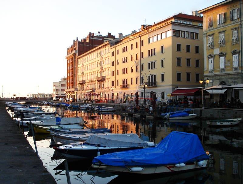 Τα κτήρια της Τεργέστης στο ηλιοβασίλεμα, Ιταλία στοκ φωτογραφίες με δικαίωμα ελεύθερης χρήσης