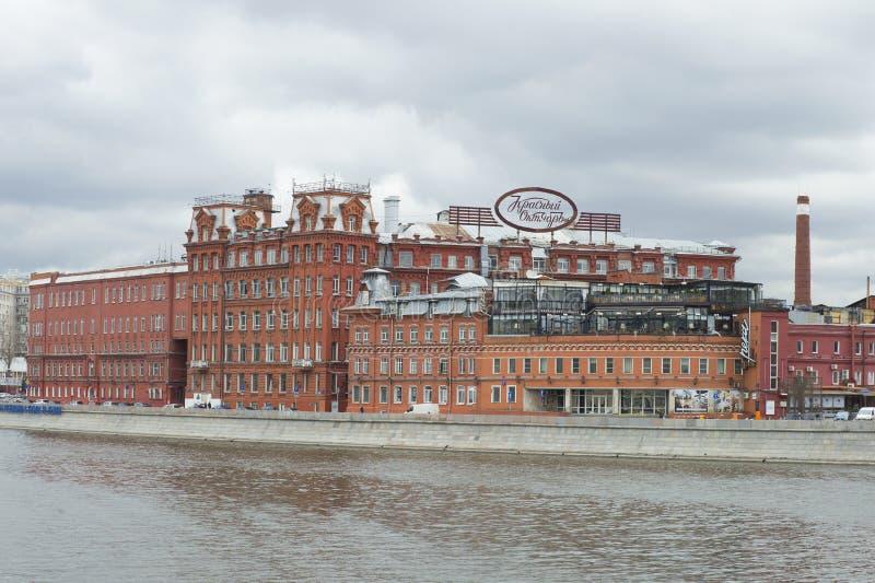 Τα κτήρια του εργοστασίου ` κόκκινος Οκτώβριος `, νεφελώδης ημέρα Απριλίου Μόσχα στοκ φωτογραφία με δικαίωμα ελεύθερης χρήσης