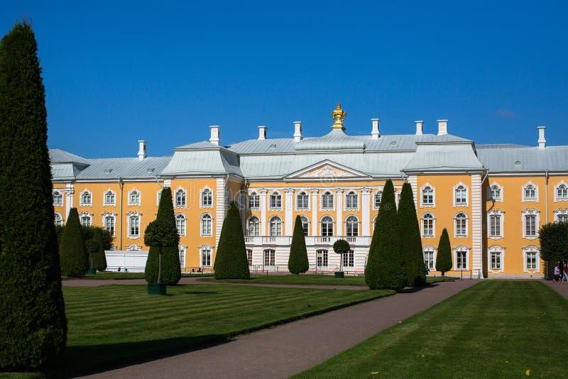 Τα κτήρια του σύνθετου παλατιού Peterhof στοκ φωτογραφία με δικαίωμα ελεύθερης χρήσης