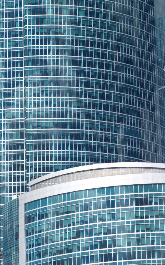 Τα κτίρια γραφείων σε μια πόλη κλείνουν επάνω στοκ εικόνα με δικαίωμα ελεύθερης χρήσης