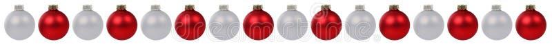 Τα κόκκινα ασημένια σύνορα διακοσμήσεων μπιχλιμπιδιών σφαιρών Χριστουγέννων σε μια σειρά είναι διανυσματική απεικόνιση