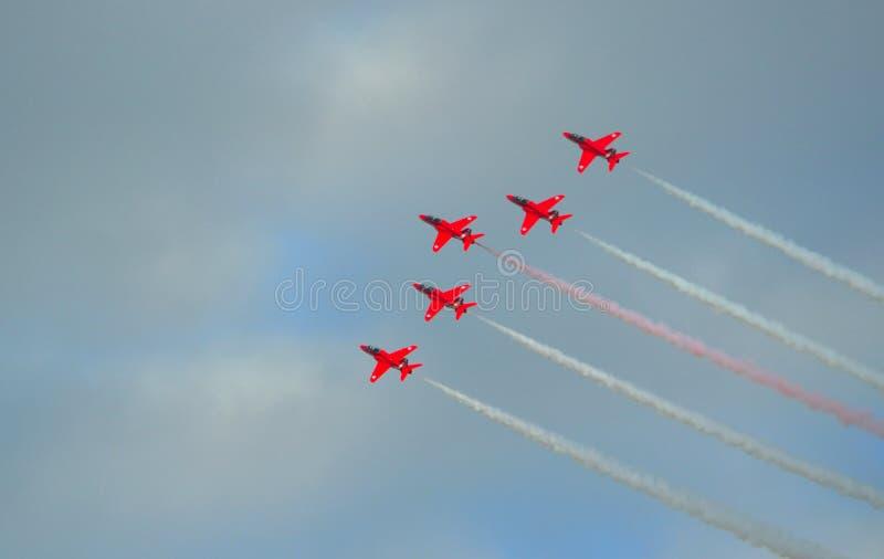 Τα κόκκινα βέλη που πετούν την ομάδα πέντε επίδειξης αεριωθούμενα αεροπλάνα γερακιών στοκ φωτογραφία