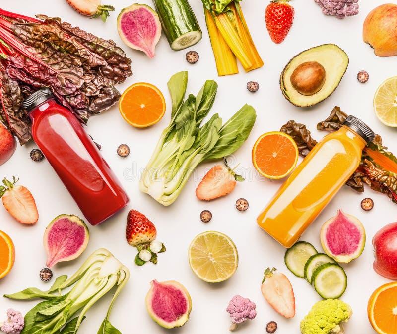 Τα κόκκινα και κίτρινα μπουκάλια καταφερτζήδων με τα οργανικά συστατικά φρούτων και λαχανικών στο άσπρο υπόβαθρο γραφείων, τοπ άπ στοκ εικόνα με δικαίωμα ελεύθερης χρήσης