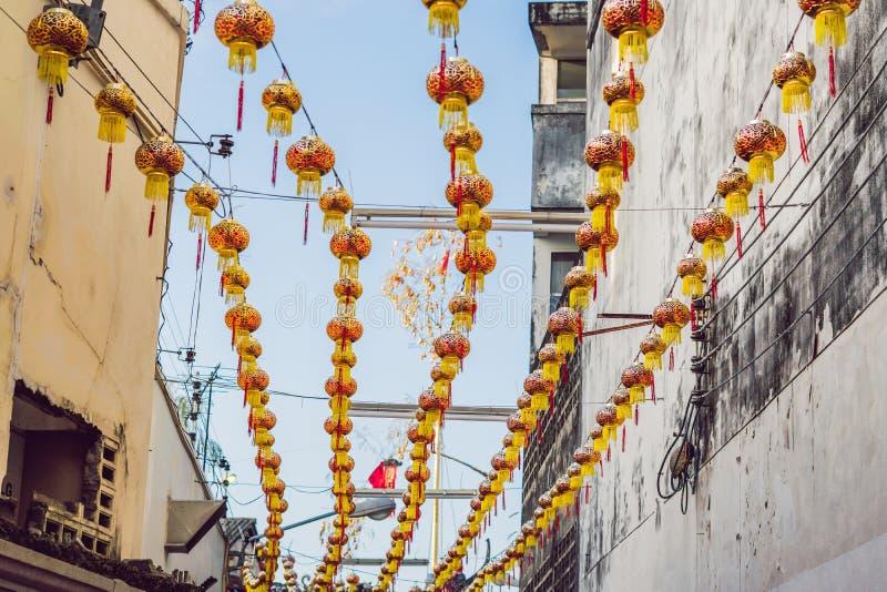 Τα κόκκινα κινεζικά φανάρια κρεμούν μεταξύ των σπιτιών κατά τη διάρκεια της ημέρας στοκ φωτογραφίες με δικαίωμα ελεύθερης χρήσης