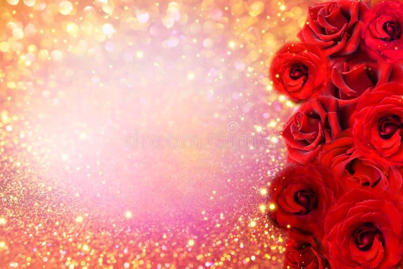 Τα κόκκινα σύνορα λουλουδιών τριαντάφυλλων στο μαλακό χρυσό ακτινοβολούν υπόβαθρο για το βαλεντίνο ή τη γαμήλια κάρτα πρόσκλησης στοκ φωτογραφία με δικαίωμα ελεύθερης χρήσης