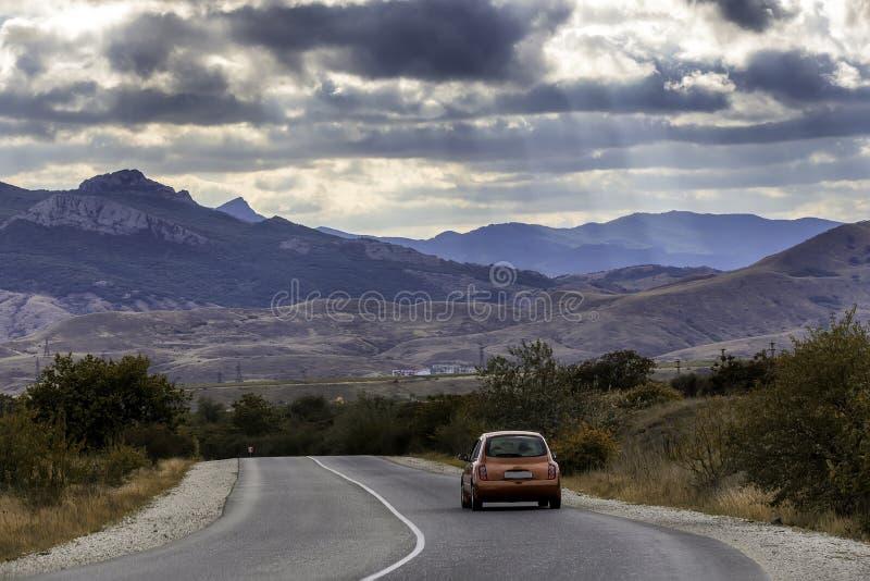Τα κόκκινα ταξίδια αυτοκινήτων κατά μήκος της εθνικής οδού στοκ φωτογραφία με δικαίωμα ελεύθερης χρήσης