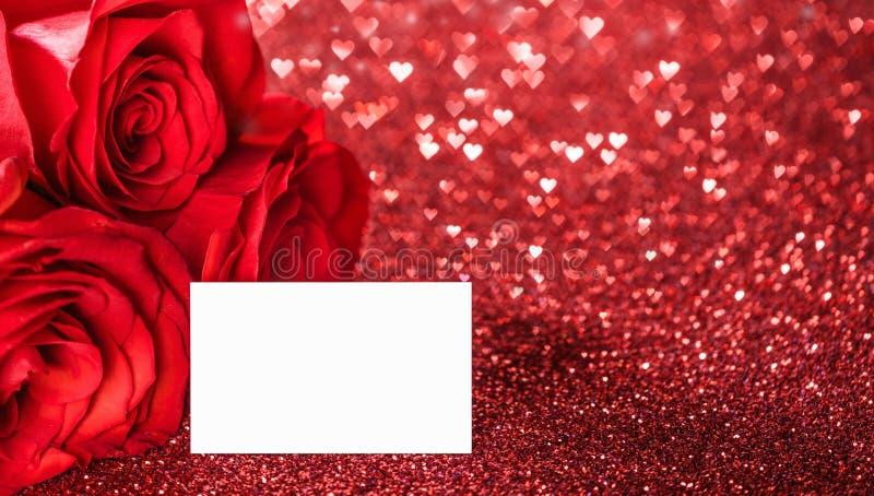 Τα κόκκινα τριαντάφυλλα ακτινοβολούν επάνω στοκ εικόνες