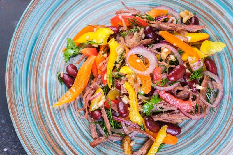 Τα κόκκινα φασόλια και η άγρια υγιής σαλάτα πυραύλων με το κρέας ξεφλουδίζουν με το ελαιόλαδο στοκ εικόνες