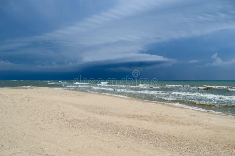 Τα κύματα θάλασσας πλένουν την καθαρή αμμώδη παραλία Τοπίο σε μια άγρια παραλία Θύελλα θάλασσας στοκ φωτογραφία με δικαίωμα ελεύθερης χρήσης
