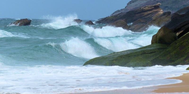 Τα κύματα θάλασσας Foz κάνουν την παραλία Arelho στοκ εικόνα