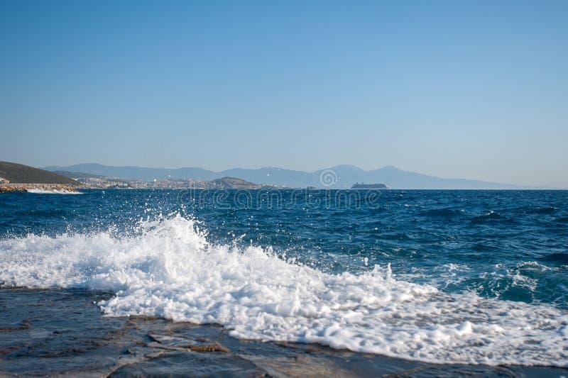 Τα κύματα που κόβονται μέσω της αποβάθρας, τα κύματα παρεμποδίζουν την κολύμβηση, επισφαλή στην προκυμαία, επικίνδυνα κύματα στοκ εικόνα με δικαίωμα ελεύθερης χρήσης