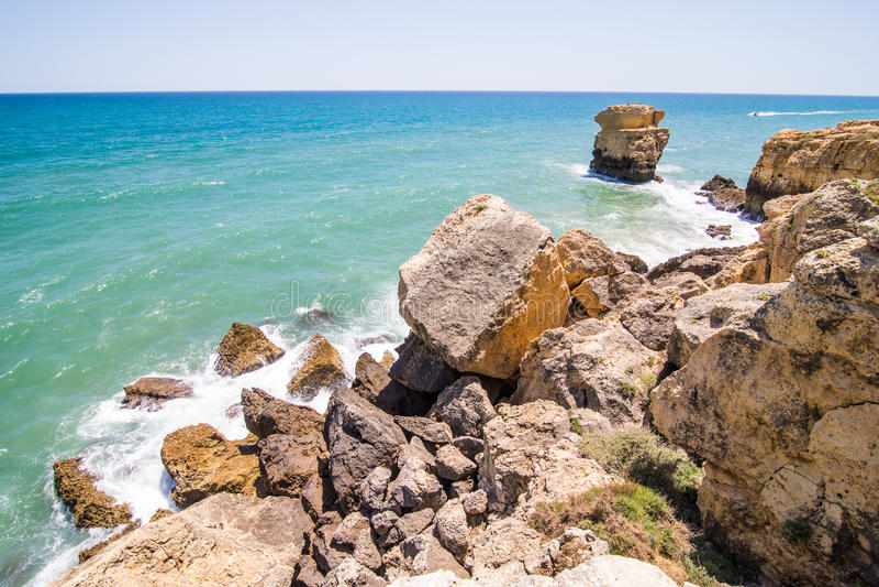 Τα κύματα σπάζουν για τους βράχους τον Ατλαντικό Ωκεανό στην ακτή της Πορτογαλίας Έννοια θερινής κλίσης στοκ εικόνα