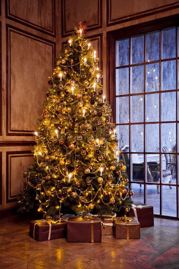 Τα κλασικά Χριστούγεννα και το νέο έτος διακόσμησαν το εσωτερικό δωμάτιο στοκ φωτογραφίες με δικαίωμα ελεύθερης χρήσης