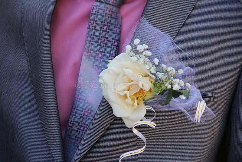 τα λουλούδια στο αρσενικό σακάκι Κινηματογράφηση σε πρώτο πλάνο γάμος στοκ φωτογραφία