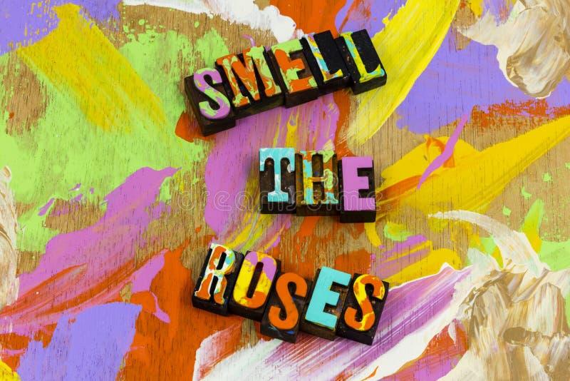 Τα λουλούδια τριαντάφυλλων μυρωδιάς απολαμβάνουν τη φύση χαλαρώνουν την αγάπη ειρήνης στοκ εικόνα