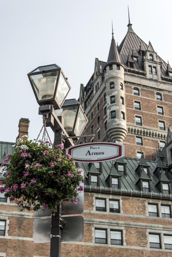 Τα λουλούδια Latern υπογράφουν το μέτωπο πόλεων δ Armes Καναδάς Κεμπέκ θέσεων της διάσημης παγκόσμιας κληρονομιάς της ΟΥΝΕΣΚΟ έλξ στοκ φωτογραφία