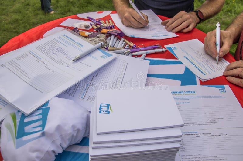 Τα μέλη Trigion υπογράφουν μέσα για μια απεργία στο Άμστερνταμ τις Κάτω Χώρες το 2018 στοκ εικόνα με δικαίωμα ελεύθερης χρήσης