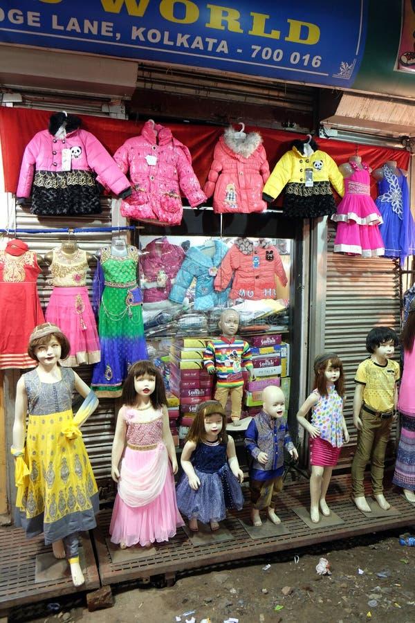 Τα μανεκέν έντυσαν ο αργότερα στα ινδικά φορέματα μπροστά από ένα λιανικό κατάστημα υφασμάτων σε Kolkata στοκ εικόνες