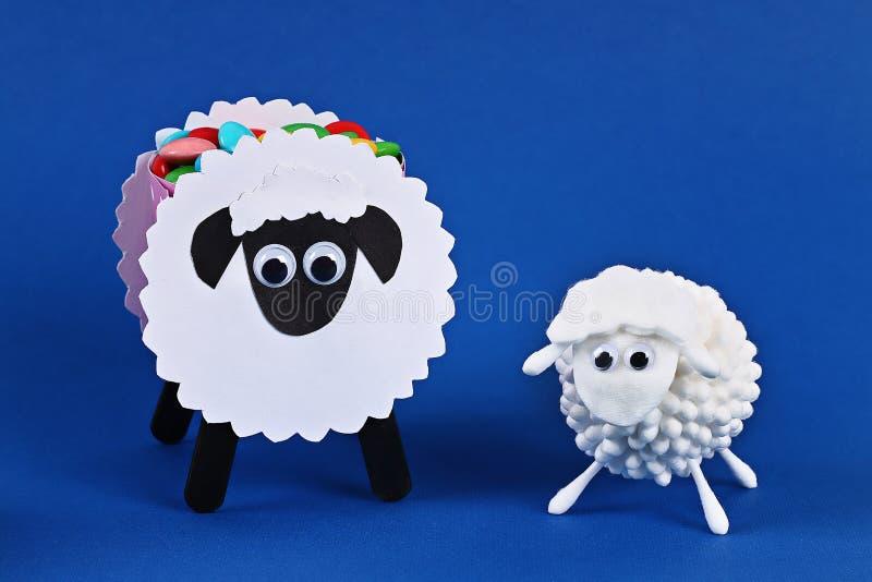 Τα μαξιλάρια βαμβακιού προβάτων αρνιών adha Al Eid Diy, βαμβάκι βλαστάνουν, πατσαβούρες στην μπλε ιδέα δώρων, adha Al Eid ντεκόρ στοκ εικόνες