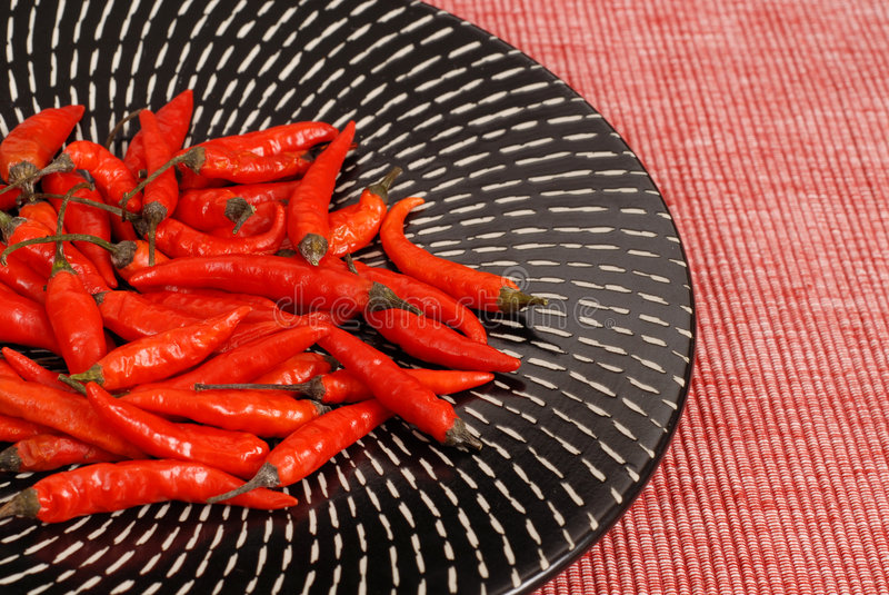 τα μαύρα πιπέρια καλύπτουν το κόκκινο ταϊλανδικό λευκό στοκ φωτογραφίες