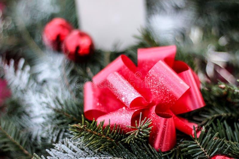 Τα μεγάλα κόκκινα και ασημένια Χριστούγεννα διακοσμητικά στο χιόνι Διακοσμήσεις και πρασινάδα Χριστουγέννων στοκ φωτογραφία με δικαίωμα ελεύθερης χρήσης