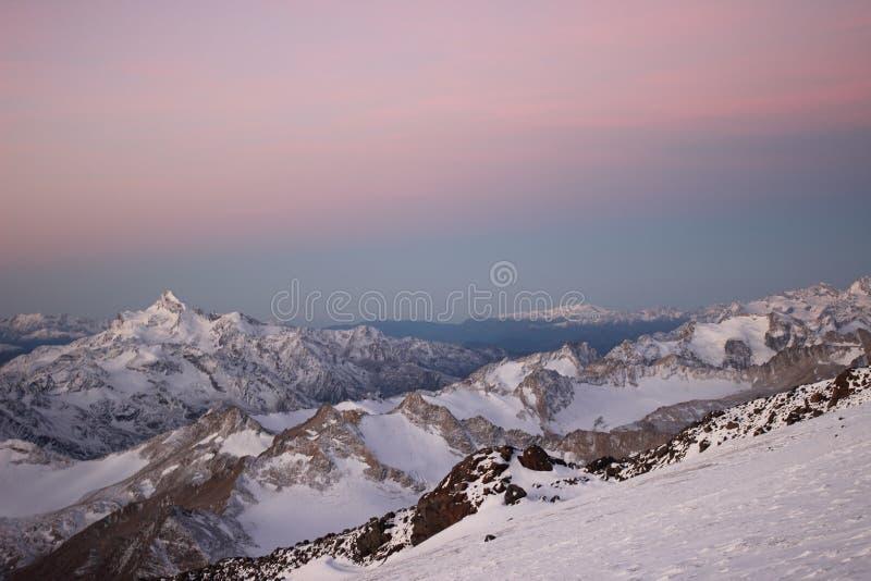 Τα μεγαλύτερα βουνά Καύκασου, η άποψη από το υποστήριγμα Elbrus στοκ εικόνες με δικαίωμα ελεύθερης χρήσης