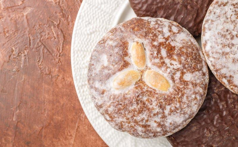 Τα μελοψώματα της Νυρεμβέργης με τα αμύγδαλα καρυδιών, φουντούκια, ξύλα καρυδιάς στη σοκολάτα και τη ζάχαρη βερνικώνουν στοκ φωτογραφία με δικαίωμα ελεύθερης χρήσης