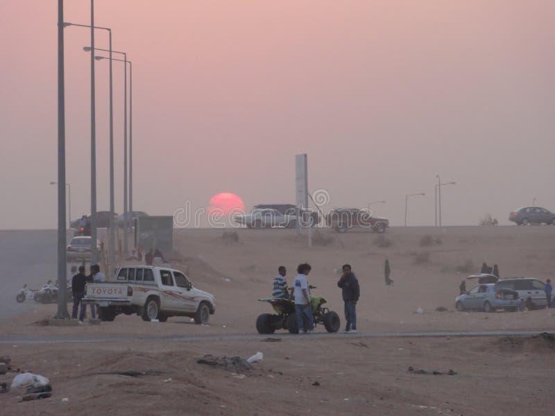 Τα Μεσο-Ανατολικά αυτοκίνητα στην έρημο στοκ εικόνες