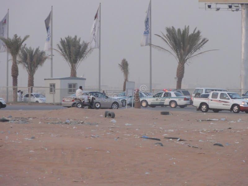 Τα Μεσο-Ανατολικά αυτοκίνητα στην έρημο στοκ εικόνα