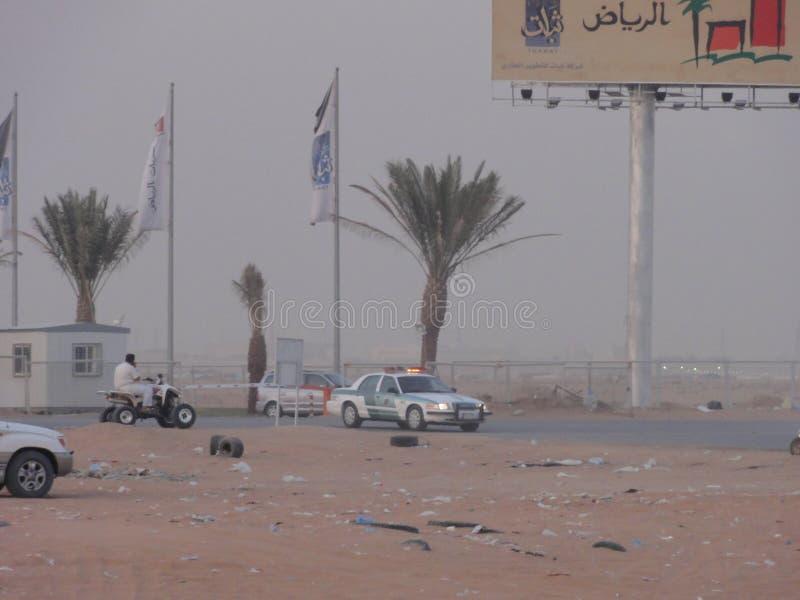 Τα Μεσο-Ανατολικά αυτοκίνητα στην έρημο στοκ φωτογραφία με δικαίωμα ελεύθερης χρήσης